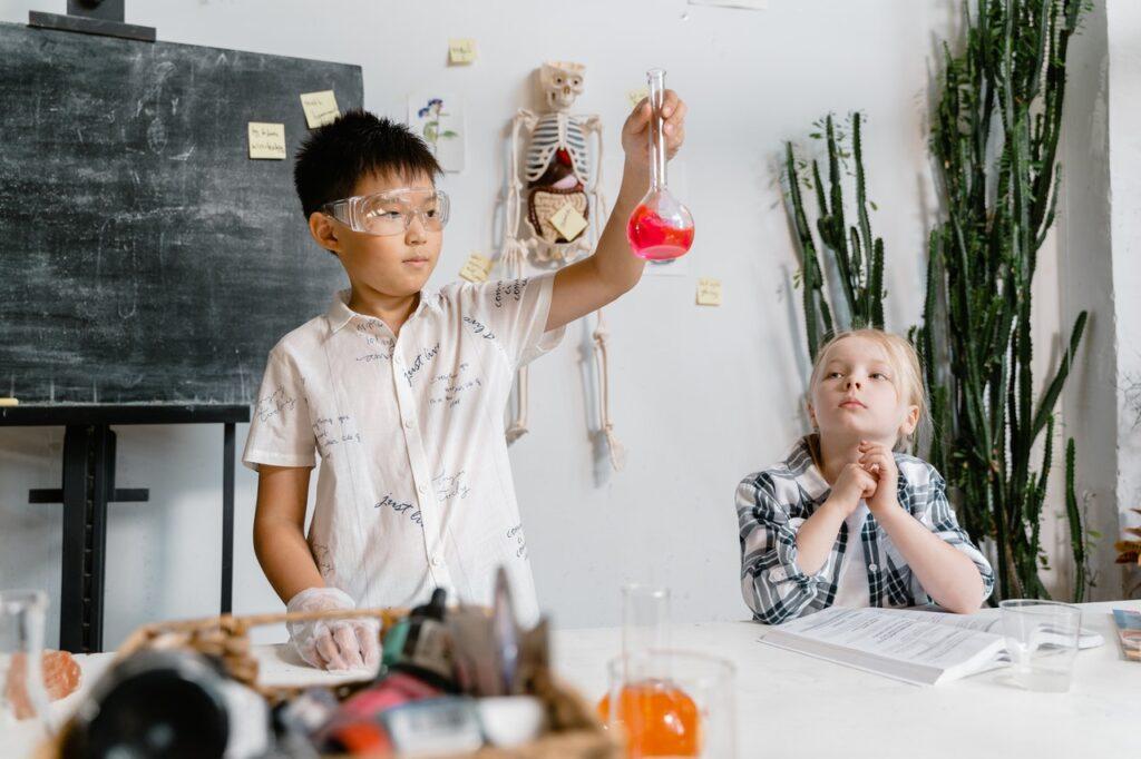 Kinder im Labor